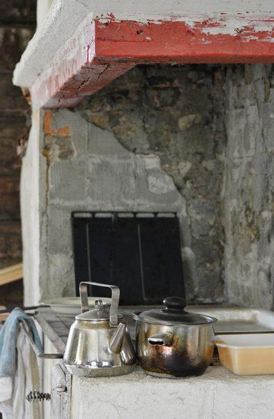 Haapalahden tupa oli aikoinaan savupirtti. Tuvan nykyinen uuni on rakennettu laajentamalla alkuperäistä kiviuunia.