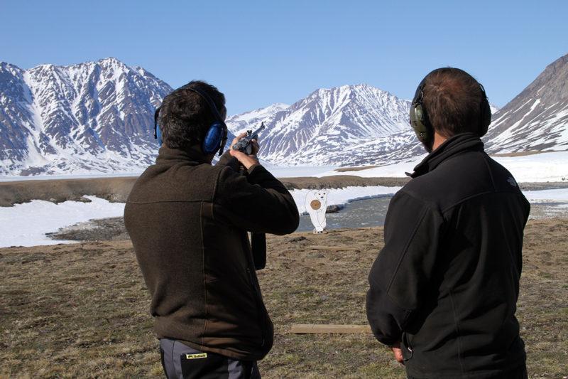 Ampumaharjoituksissa karhua pyritään osumaan kuolettavasti rintaan tai päähän. Jääkarhun ampuminen raportoidaan aina Grönlannin viranomaisille, ja eläin nahkoineen toimitetaan tutkittavaksi.
