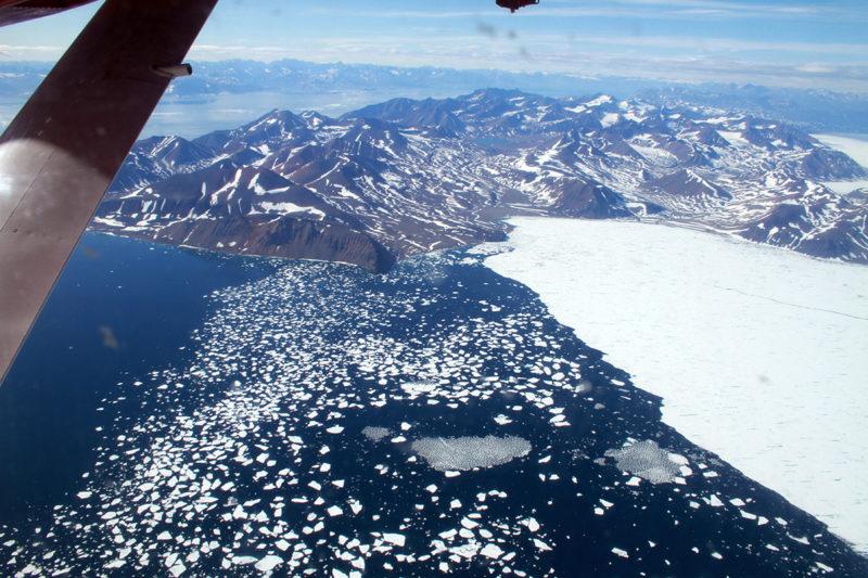 Näkymä lentokoneen ikkunasta Grönlannin itärannikolle.