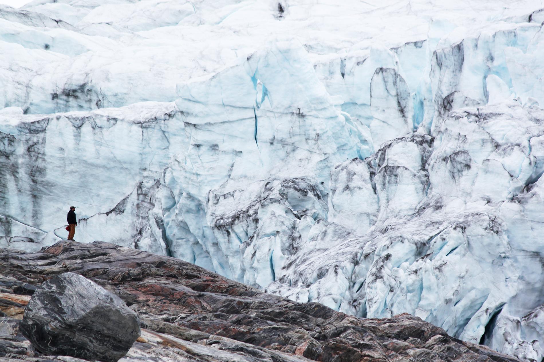 Jään reuna on vain reilun puolentunnin kävelymatkan päässä telttaleiristä.