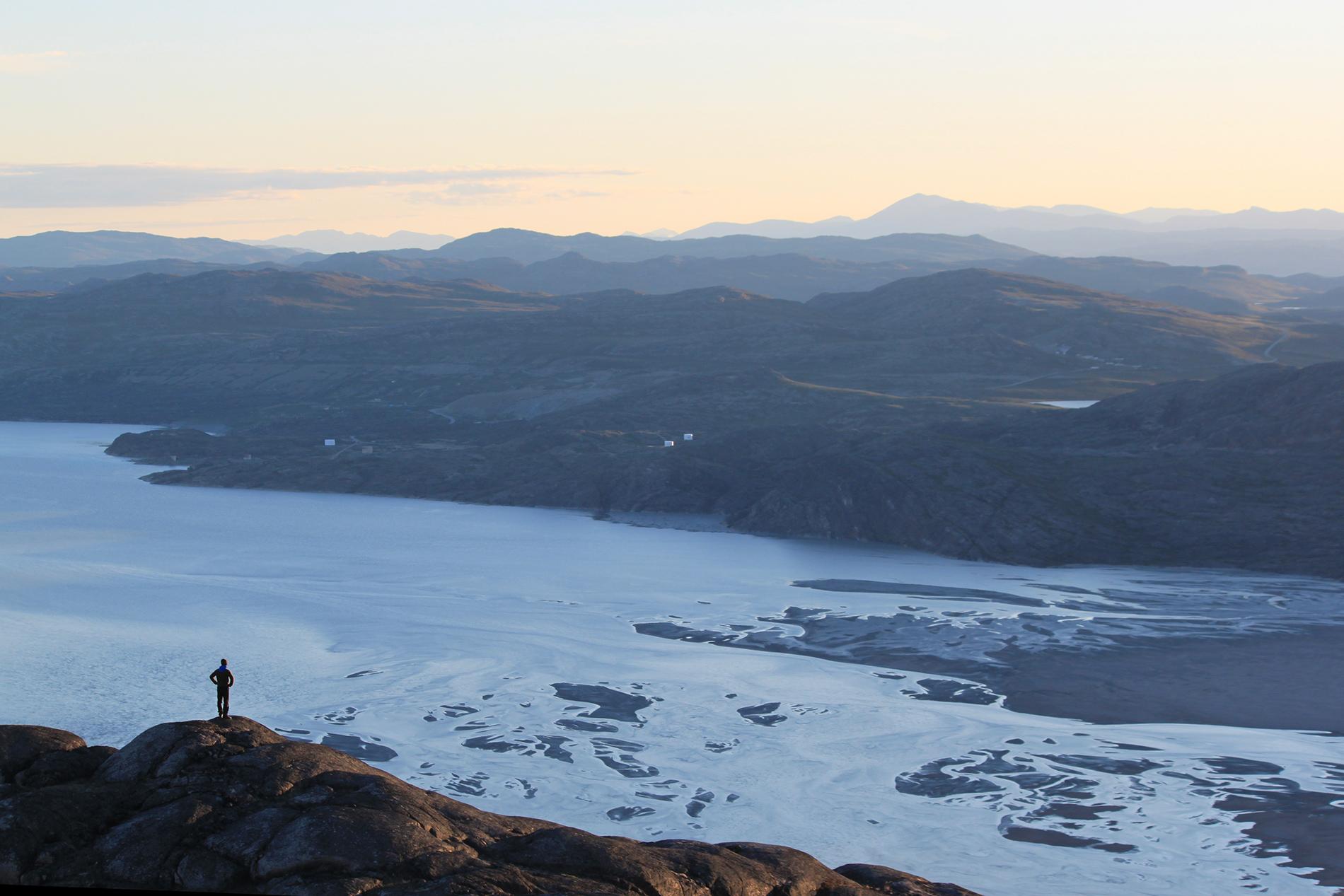 Kangerlussuaq-vuono ja ympärillä avautuvaa kumpuilevaa tundraa.