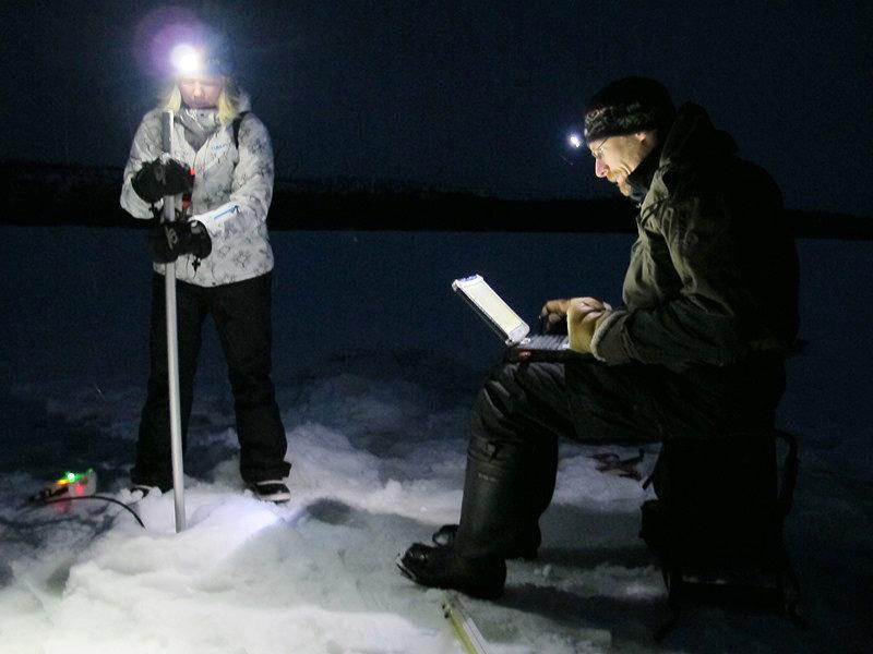 Talvikenttätöissä pimeys laskeutuu ennen kuin tarkkuus GPS:n satelliittiyhteydet on saatu toimimaan kairanreikien paikantamiseksi ja virtausnopeuden mittaukset valmiiksi. Kuva: Eliisa Lotsari / Itä-Suomen yliopisto