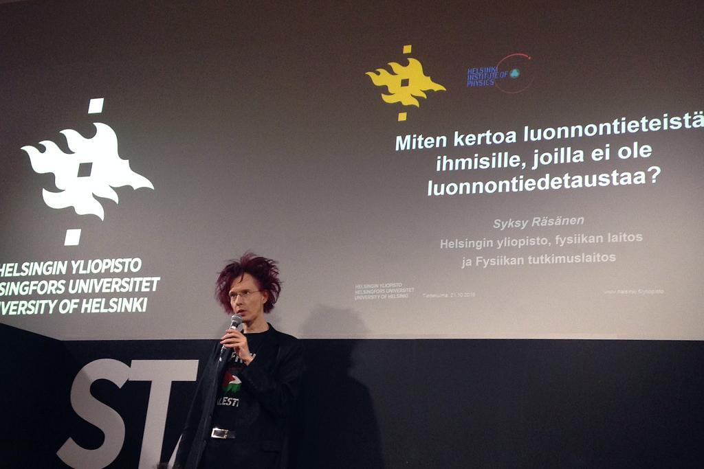 Teoreettisen fysiikan yliopistotutkija Syksy Räsänen vieraspuhujana Tiedekulmassa. Kuva: Marika Eerola