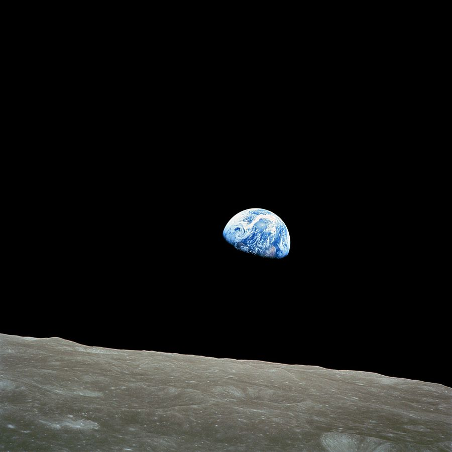 Apollo 8 -lennon astronautti Bill Anders kuvasi Maannousun Kuun pinnalta katsottuna jouluaattona 1968. Kuva: NASA / Bill Anders - Wikipedia Commons.